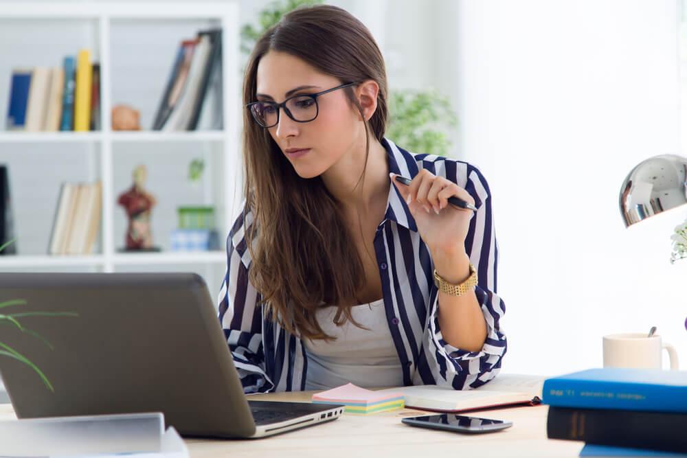 אישה קוראת מהמחשב שלה
